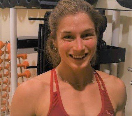 Elise Dahl-Hansen fra Tromsø har en fortid som landslagsturner og pole dance-utøver. Hun har en bachelorgrad i bevegelsesvitenskap fra Norges teknisk-naturvitenskapelige universitet (NTNU), og er utdannet personlig trener (PT).