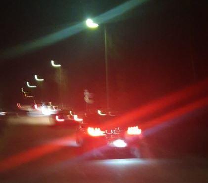 FARTSLEK: I helgen møttes nærmere 50 biler til ulovlig gatebilløp på Jessheim. Nå truer politiet med førerkortbeslag hvis aktiviteten fortsetter.