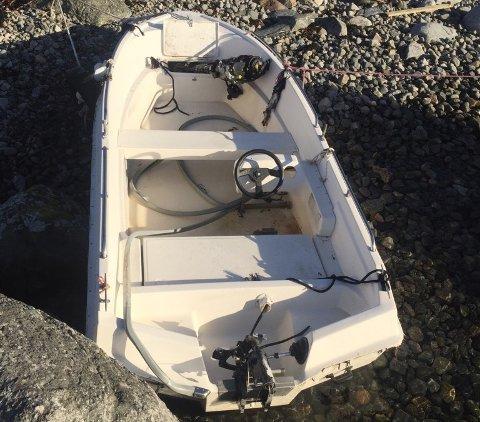 Denne båten er enno ikkje flytta frå fjæresteinane på Sjoholmen. (Foto: Kurt Henriksen).