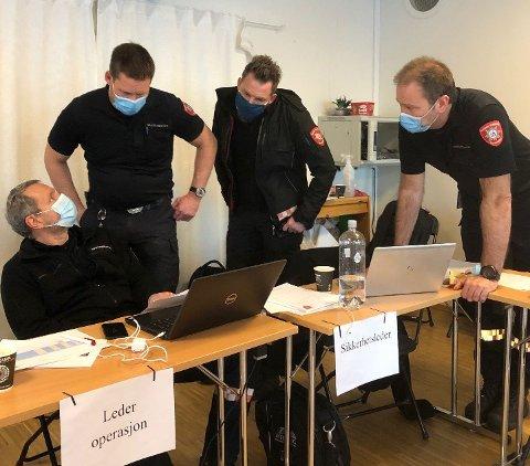 I AKSJON: Brannvesenet har kontroll på beredskapen og bidro i tillegg med mannskap etter kvikkleireraset på Gjerdrum. Her diskuterer Thomas Bjølseth (fra venstre) Ronald Thorvaldsen, Kristian Falck og Dag Terje Høiby strategi for dem som skulle jobbe ute på skadestedet.