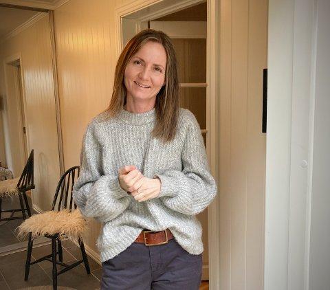 SER LYSERE PÅ SITUASJONEN: Det har vært noen tøffe dager for Nina Larsen (39) – som var den femte i Rørvik som fikk påvist koronasmitte. – Det går bedre i dag, så jeg tror det begynner å dra seg til.