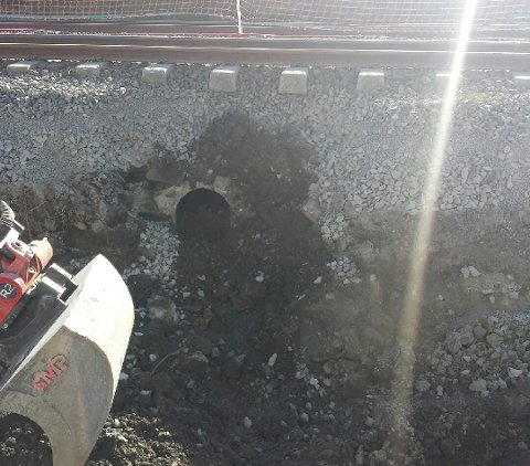 UNDER BAKKEN: Et ukjent rør ble avdekket under bakken på Holtet trikkebase i forbindelse med noen gravearbeider. Alle foto: Privat