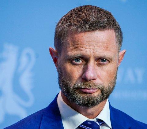 BEKYMRET: Helseminister Bent Høie (H) sier at det kan komme nye nasjonale råd i julen.