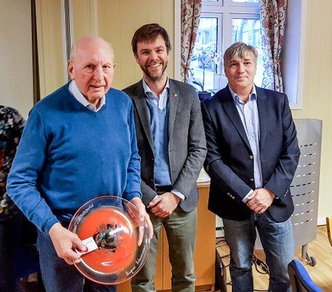 Æresmedlem: Ragnar Johannessen blir gratulert av Truld Vasvik og Espen Hetty Carlsen.