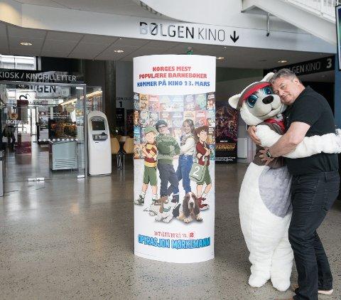 FESTIVAL: Maskotten Poppe og kinosjef Lasse Brennvall lager barnefilmfestival i Bølgen denne lørdagen.