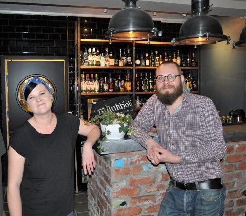 VELKOMMEN: Svenja Hansen og Victor Lundgren er fornøyde med åpning. De gleder seg til tiden framover og ønsker alle velkomne til Burgerhouse.