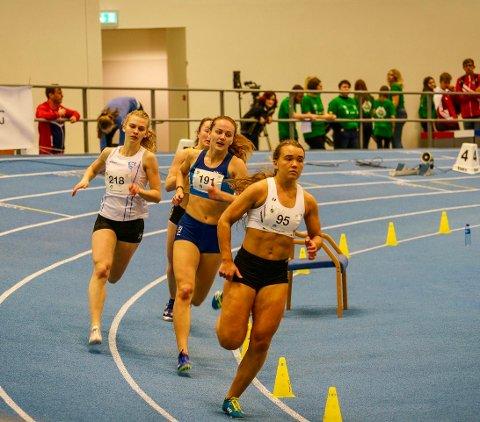 Ledet 400 meter: Kari Øye ledet heatet sitt på 400 meter til 100 meter gjensto. Da fikk hun smake på syra.