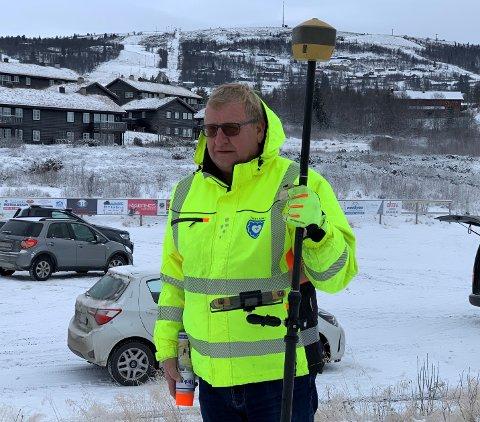 I KJENT STIL: Enhver som har målt opp tomter i Vestre Slidre siden 1980 har hatt med Lars Brestad å gjøre. Nå har slidringen tilbakelagt 40 år i jobben som oppmålingsingeniør i kommunen.