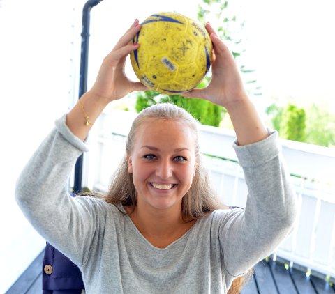 PÅ BANEN IGJEN: Hanna Bredal Oftedal hadde egentlig bestemt seg for å legge opp, men nå på nyåret har hun spilt for Nit-Haks 2. divisjonslag der mor Ellen er lagleder.