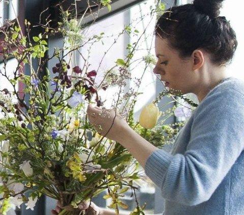 Blomsterkunst: Hellviktangens egen dekoratør holder bukettkurs på søndag. foto: Privat
