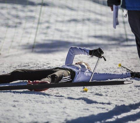 TOK UT ALT: Det vart ikkje spart på kreftene, mange flata ut i snøen etter målgang. Foto: Morten Sæle