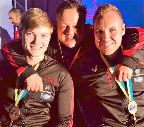 - Dette er eit av mine flottaste augneblkk i karrieren, seier Tommy Urhaug etter å ha sikra Norge EM-bronse i dobbel saman med makker Sebastian Vegsund. I midten coach Jan Bergersen.
