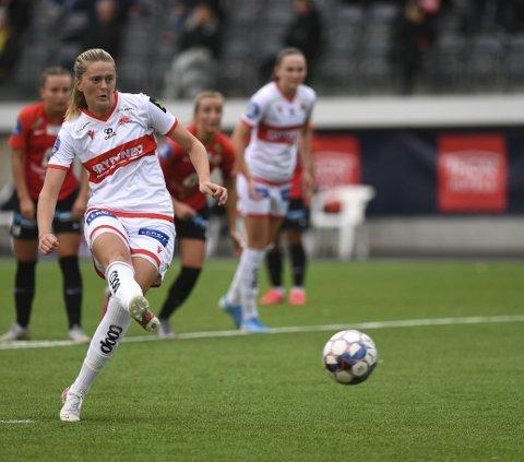 Maria Brochmann er på utgående kontrakt og er på blokken hos andre klubber. – Jeg må se hva som er det beste for meg videre, sier 27-åringen. Her scorer hun på straffe mot Arna-Bjørnar.