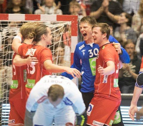 SEIERSDANS:  Norge kunne slippe jubelen løs etter 35-30 mot verdensmesteren Frankrike. Fra venstre: Kent Robin Tønnesen, Kristian Bjørnsen, keeper Torbjørn Sittrup Bergerud og Sander Sagosen.