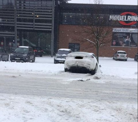 Denne bilen endte i grøfta etter uhellet i Dikeveien.