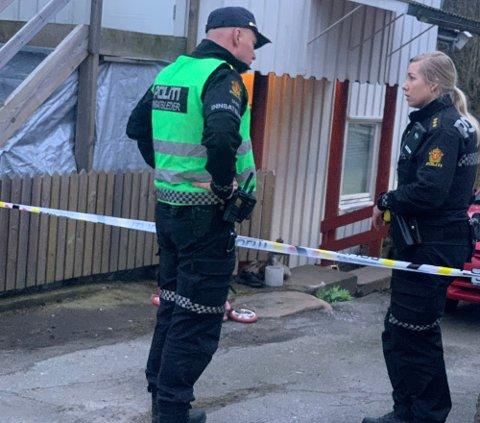 Det var i trappen bak politibetjentene at en slåsskamp endte med at en mann fra Fredrikstad omkom. En mossing (44) ble tiltalt for drap, men ble frifunnet i Fredrikstad tingrett.