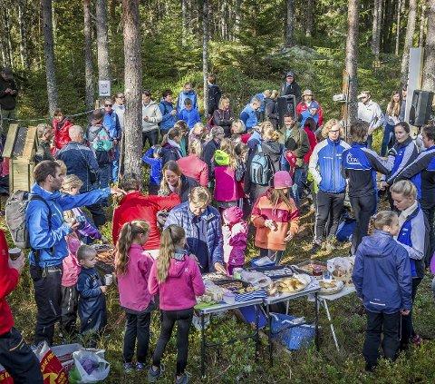 FOLKSOMT: Mange ble trukket til åpningen av klatreparken i Nord-Odal.