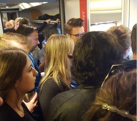 FULLT: Da 06.02-toget Halden kom til Råde, var det bare ståplasser igjen. Foto: Privat