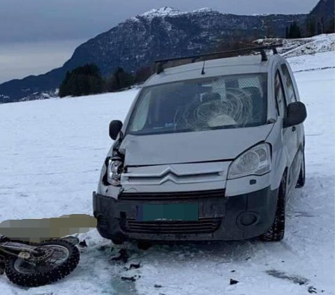 UHELL: Bilen og motorsykkelen hadde et sammenstøt på isen søndag. Begge sjåførene ble anmeldt i etterkant.