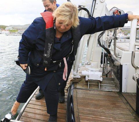 IKKE FRISTET: Statsminister Erna Solberg ble ikke fristet til sjøbad da hun testen badetemperaturen i Mehamn havn.alle foto: Arnfinn rognmo