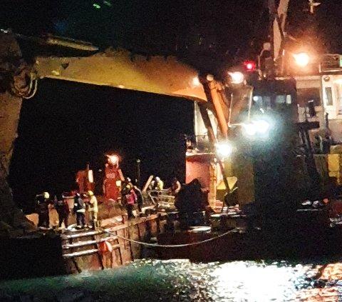 DØDSULYKKE: Her jobbet redningsmannskaper med å hente ut den forulykkede fra mudringslekteren.