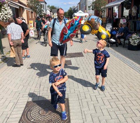 MED PAPPA PÅ HJUL: Johannes (3, fremst) og Lukas Mihle Dahlen (5) hadde fortsatt mye å gi på vei hjem fra martnan torsdag. Pappa Jo Ceverin ønsket seg ingen reprise fra fjoråret, da en av gassballongene plutselig ble borte…