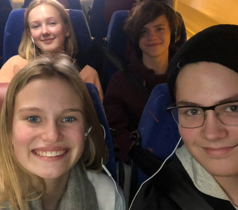 SPENTE: Kaja Harestad og Erik Baumann(foran) er glade for at det ble tur selvom flyet deres ble kansellert.   Malin Iversen og Anders Fløtre (bak) gleder seg til å se Berlin.