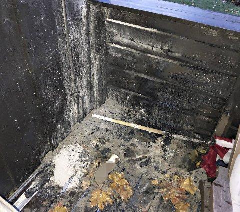 Terassebrann: Huseieren hadde satt en pose med grillkull på terassen sammen med annet avfall.