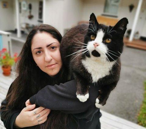 Katten Jack er blitt god kompis med Niki Lionta, men hjemme venter en helt spesiell venn på matmor.