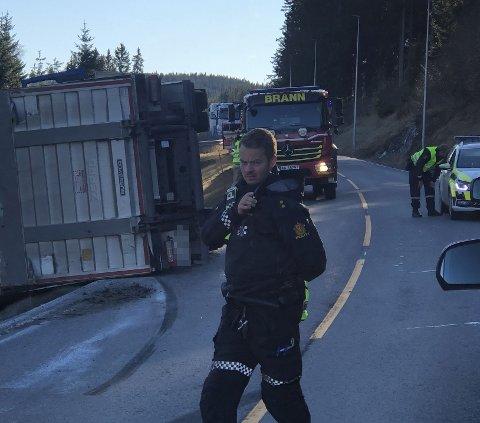 VELTET: Lastebilen lå veltet i grøfta.