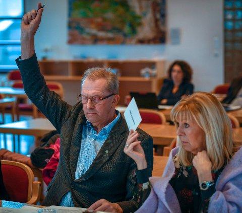 Johan Petter Røssvoll (Sp) la fram et forslag til alternativt budsjett som Anne Sofie Urkes KrF og de andre skoleopposisjonspartiene støtter.