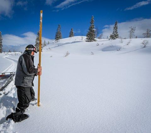 Målestaven som Knut Stormo slo ned målte 4,30 meter med snø.
