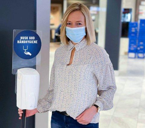 Anne Trine Høibakk oppfordrer kunder og ansatte til å bruke munnbind.