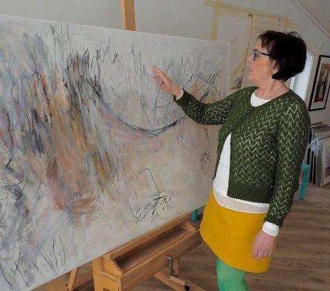 Kreativ abstrakt: Kari Elisabeth Haug henter inspirasjon til sine verk gjennom musikk og litteratur. Foto: Svein-Ivar Pedersen