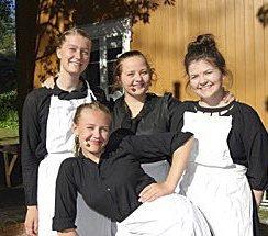 SKUESPILLERE: Frida Bremnes (17), Camilla Trosterud (19), Ruth Amalie Olsen Torp (18). Foran:  Nora Sollie Stemmedalen (14)  Bildetekst: Jentene er enig om at Soot spelet er noe for seg selv og like fantastisk hvert år. Sommerens høydepunkt med mange hyggelige folk.
