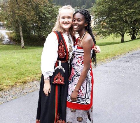 Ny venninne: Her er Margrete Hovda sammen med sin nye venninne Thando fra Swaziland, her på UWC dagen.