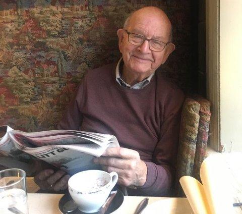 Bernt Tungodden med avis og kaffikoppen. Nh-grunnleggjaren blei aldri mett på kunnskap og var lidenskapeleg opptatt av å formidle den, som skulemann og aviseigar.
