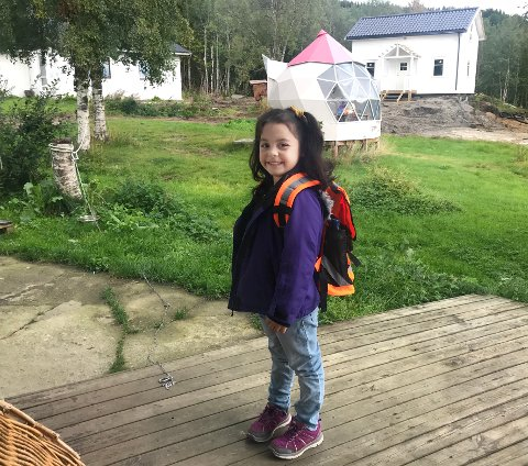 Skolejente: Agnes Hattori var bare fem år da hun begynte på skole i Hamarøy i august i fjor. Få dager senere ble hun nektet familiegjenforening og utvist fra Norge.  Foto: Privat