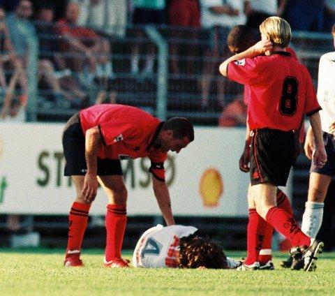 I BAKKEN: Her ligger SIFs Morten Kihle på bakken etter et ublidt møte med Wimbledons Vinnie Jones på Marienlyst i 1997. Jones angrer her tydeligvis på at han har sørget for at Kihle ligger nede.