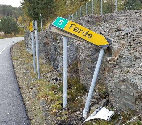 MÅ BETALE: Bilisten som køyrte på skiltet som vanlegvis peikar mot Førde må no betale for skaden.