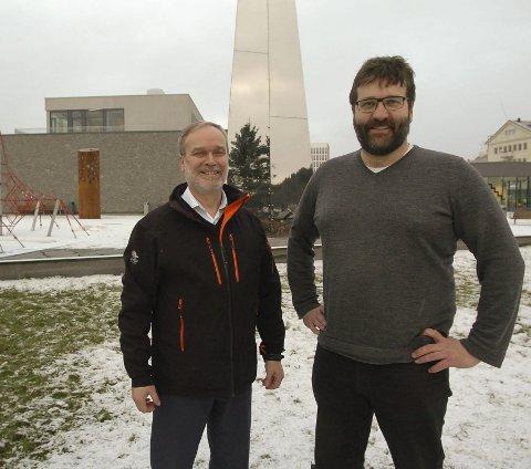 Sigve Stokland og Ofoten Sparebank gir Krigsmuseet et tilskudd på 300.000 kroner. Det er direktør Eystein Markusson svært fornøyd med. Foto: Jan Erik Teigen.