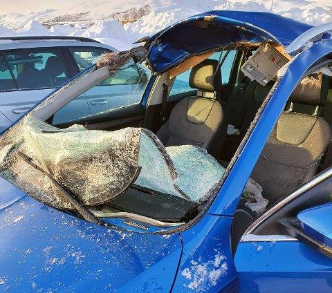 KRAFTIG SAMMENSTØT: Bilen skal ha truffet elgen i 90km/t i Lavangsdalen.