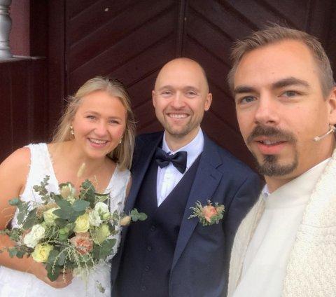 NYGIFTE: Sokneprest Geir Wiknes på kirketrappa  med det nygifte paret Irmelin og Kristoffer Jørgensen-Tuhus (selfie med tilatelse fra paret).