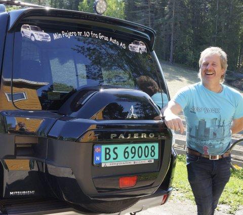 PAJERO DEN 10.: Den sorte 2015 modellen er Erik Bjørli's ellevte Pajero og den tiende fra Grua Auto, noe som tydelig vises på bakruta, til skuelystne og eiers fornøyelse.