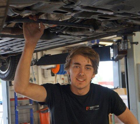 PÅ GOD VEG: Etter to års skolegang gleder Simen Pettersen Prestmarken fram til å praktisere bilmekanikerfaget sammen med erfarne kolleger de neste to årene på vegen mot det gjeve fagbrevet.