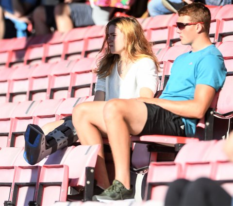 BRUDD: Henriette Jæger med krykker og støtteskinne på foten, sammen med klubbkamerat Håkon Hansesæter på Halden stadion, under Kvik-kampen torsdag.
