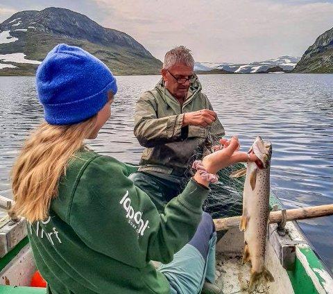 Sara Nå Aga og Morten Nilsen på fisketur i fjor.