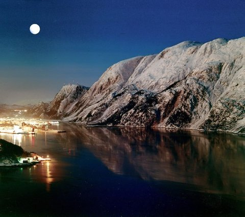 Mosjøen fotografert ei kald vinternatt.