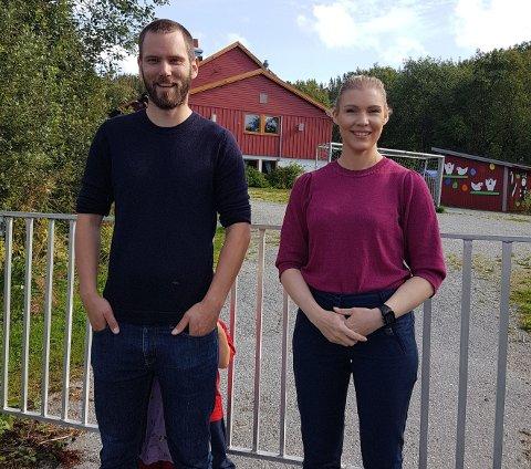Første- og andrekandidat for Rødt Leirfjord, Alf Harald Sælevik og Anette Bøen Hagen, utenfor Tverlandet oppvekstsenter.