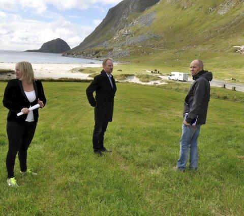 Tilskudd: Fylkesråd for næring, Mona Fagerås (SV) sammen med ordfører Remi Solberg og Karl Erik Nystad på Hauklandsstranda i fjor.